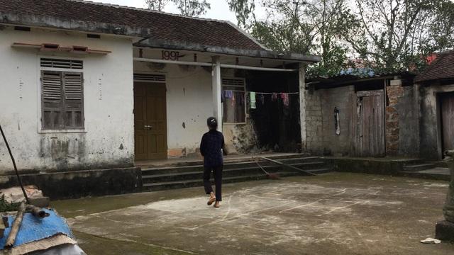 Ngôi nhà nằm cạnh nhà máy, cùng với nhiều gia đình khác họ đã di chuyển, thế nhưng gia đình bà Nguyệt đến nay vẫn án binh bất động chưa được di dời.