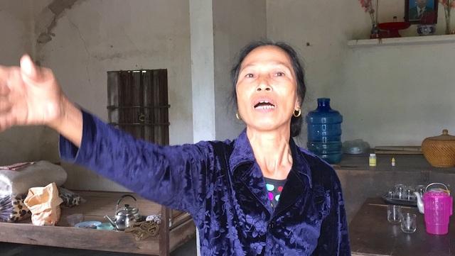 Bà Nguyệt cho rằng, ở lại đây ô nhiễm môi trường như tiếng ồn nhá máy, nghiền đá khiến bà sống trong lo âu...