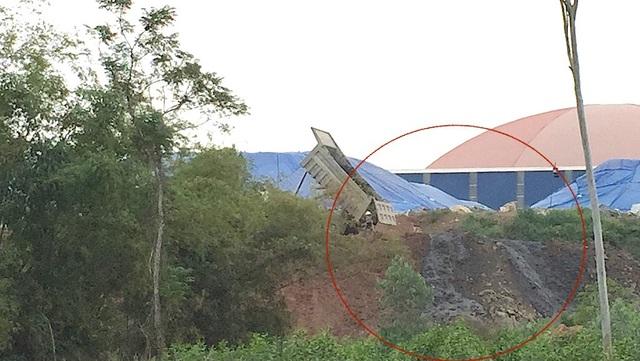 Trong quá trình ghi nhận, PV Dân trí đã ghi lại được khoảnh khắc các xe tải chở chất thải màu đen đổ ra tại đây.