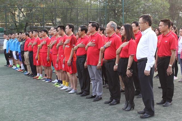 Lãnh đạo Bộ Ngoại giao Việt Nam - Lào cùng cầu thủ hai đội trước khi trận đấu diễn ra