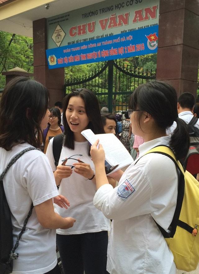 Học sinh thi vào lớp 10 THPT tại Hà Nội (ảnh: Mỹ Hà)