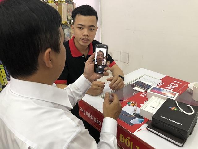 Các nhân viên hướng dẫn khách hàng thiết lập Face ID