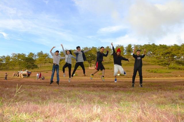 Nhiều bạn trẻ tinh nghịch tạo những kiểu ảnh ấn tượng trên đồi cỏ hồng