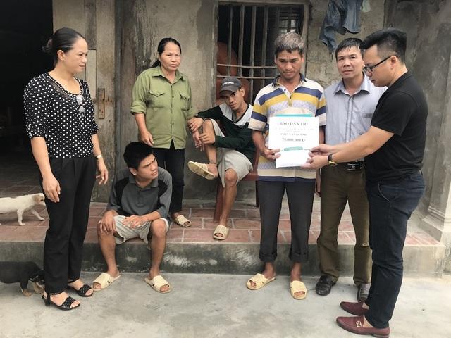 PV Dân trí cùng chính quyền địa phương trao 75 triệu đồng đến gia đình ông Phan Văn Huỳnh.