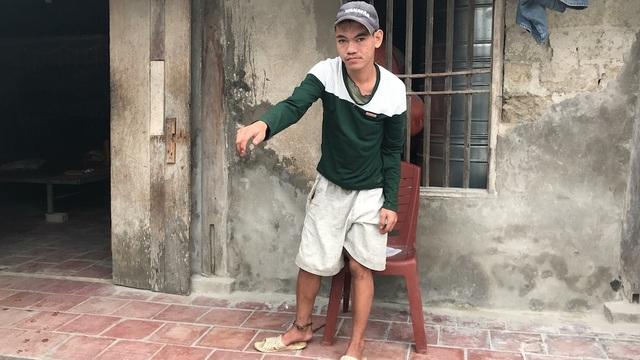 Do quá phá phách, nên đứa con thứ hai ông Huỳnh phải dùng xích không cho ra ngoài.