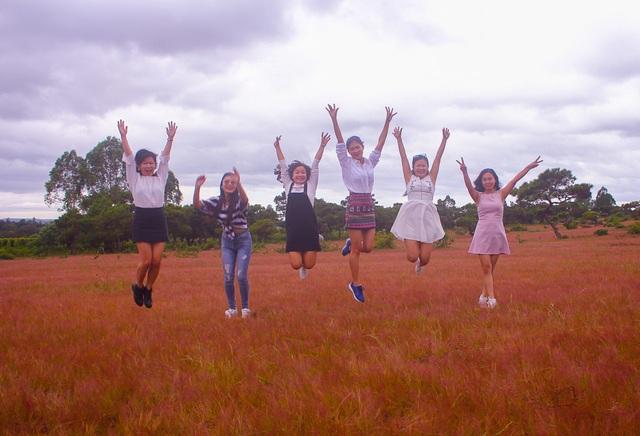 Đồi cỏ hồng đã hấp dẫn những bạn trẻ đến để một lần được ngắm đồi cỏ chuyển sắc