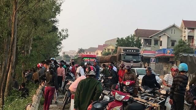 Rất đông người dân hiếu kỳ kéo đến xem khiến quốc lộ 1A ách tắc cục bộ.