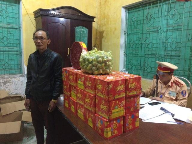 CSGT Trạm Diễn Châu bắt vụ vận chuyển gần 70 kg pháo nổ các loại.