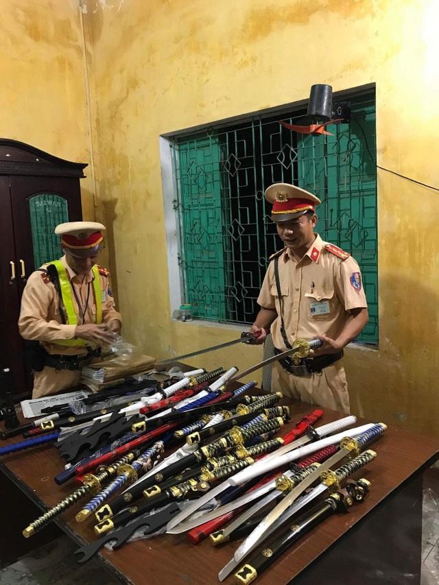 30 thanh kiếm không có giấy tờ được Trạm CSGT Diễn Châu lập biên bản xử lý.