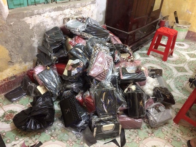 130 chiếc túi xách không có giấy tờ.