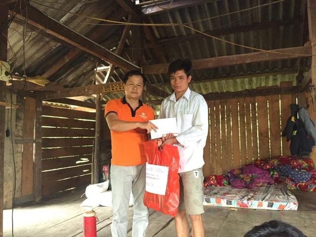 Ông Đặng Xuân Tâm trao 80 triệu đồng giúp em Lò Văn Mười khôi phục lại nhà cửa khi lũ quét đã cuốn phăng ngôi nhà cùng 5 người thân của em