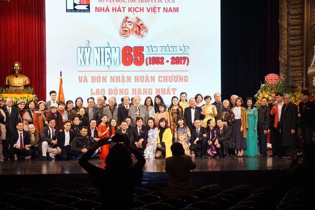 Các thế hệ nghệ sĩ, cán bộ, nhân viên... Nhà hát Kịch Việt Nam chụp ảnh kỷ niệm tại sự kiện.