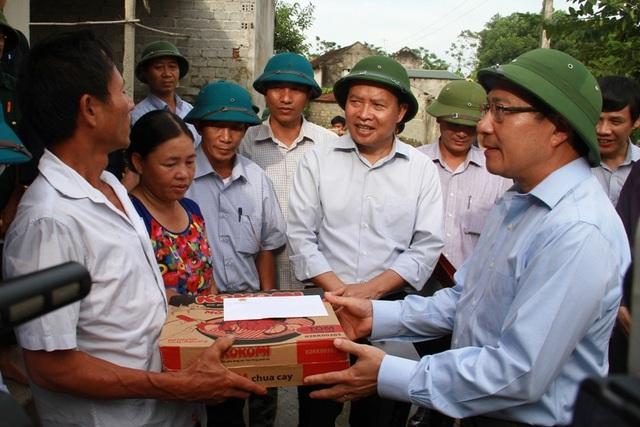 Phó Thủ tướng thăm và tặng quà cho một số gia đình bị thiệt hại do mưa lũ tại huyện Thọ Xuân