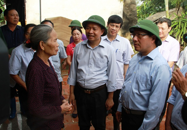 Phó Thủ tướng lắng nghe chia sẻ của nhân dân vùng lũ Thọ Xuân