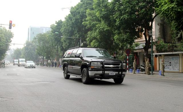 """Người Hà Nội háo hức xem xe """"quái thú"""" của Tổng thống Trump trên phố - 15"""