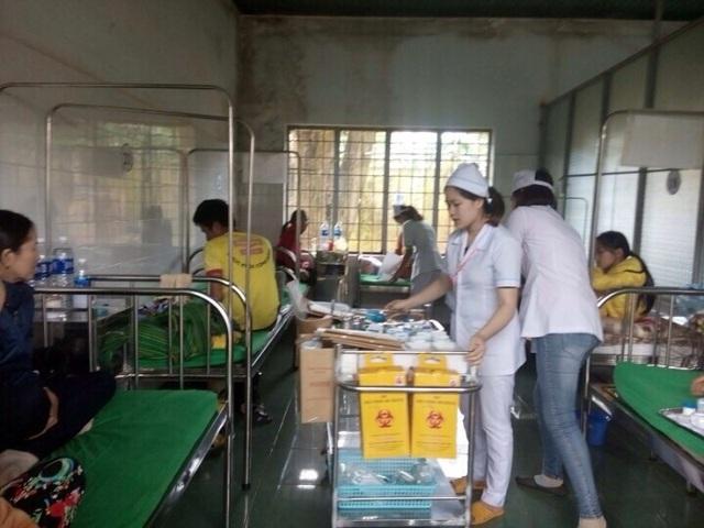 Các bệnh nhân được đang được điều trị do ngộ độc thực phẩm (ảnh CTV)