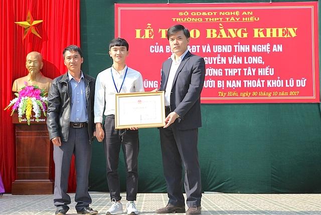 Ông Bùi Văn Linh - Phó Vụ trưởng phụ trách vụ GDCT&CTHSSV tặng Bằng khen của Bộ GD&ĐT cho em Nguyễn Văn Long.