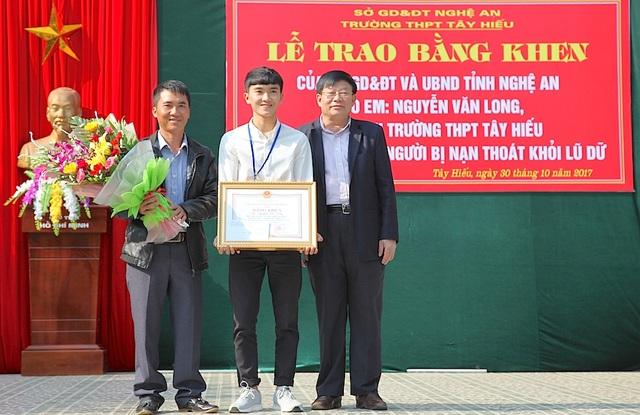 Ông Thái Huy Vinh - PGĐ Sở GD&ĐT Nghệ An trao Bằng khen của UBND tỉnh Nghệ An cho em Nguyễn Văn Long.
