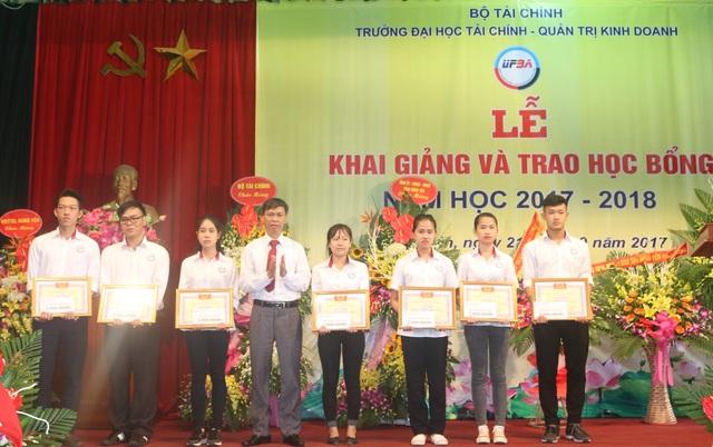 Lãnh đạo Trường ĐH Tài chính - Quản trị Kinh doanh trao giấy khen và học bổng đến các sinh viên ưu tú của trường
