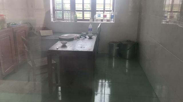 Khi nhà ăn bị gió quật ngã, phòng khám bỏ trống, cán bộ tại đây dùng phòng này làm phòng nấu ăn nhưng rồi cũng bỏ hoang.