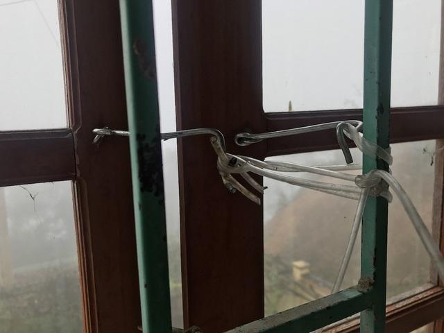 Nhiều cửa sổ cong vênh đành phải chằng néo thế này.