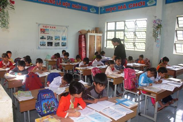 Các thầy cô giáo huyện Kbang thường tranh thủ những thời gian rảnh để dạy phụ đạo, dạy thêm miễn phí cho các học sinh vùng cao