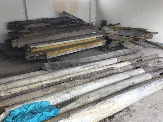 Một khoang khác của nhà xe dùng làm để bỏ gỗ của người dân gửi nhờ.