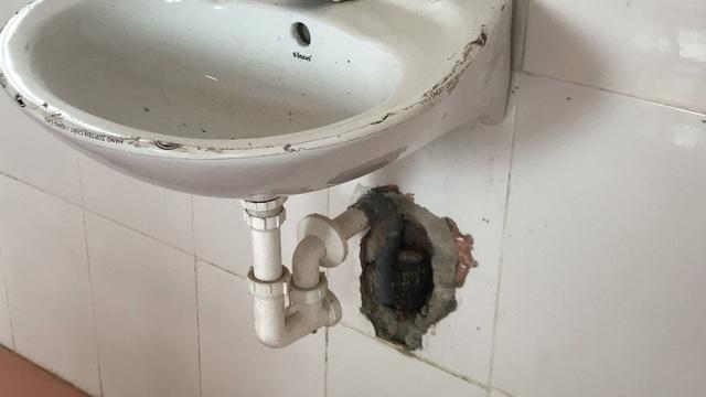 Một bồn rửa tay đã hư hỏng phải đục tường thế này.