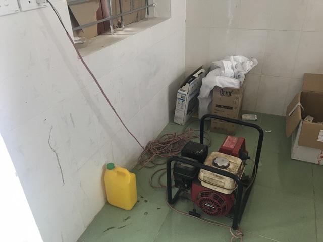 Không có điện, phòng khám được trang bị một máy phát điện để dùng vào những lúc cần kíp. Thế nhưng, bác sỹ tại đây cho biết, nếu dùng nó cũng ăn khá nhiều xăng nên không phát huy tác dụng, trái lại còn hạn chế nhiều vấn đề khác.