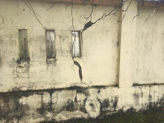 Phía ngoài bờ tường bao cũng đã nứt nẻ, xuống cấp.