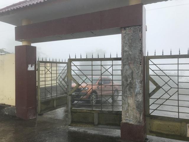 Phía ngoài cổng chính ra vào gạch trên trụ chính đã rơi hư hỏng dù đã báo cáo nhưng vẫn không được khắc phục.