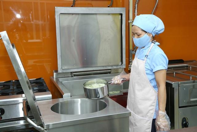 Đầu tư 2 tỉ 30 triệu đồng xây dựng bếp ăn một chiều đạt chuẩn - 2