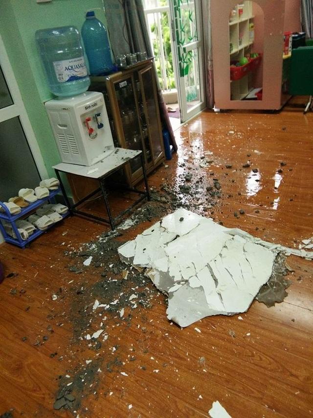 Theo các giáo viên, do đục sàn tầng 4 để sửa chữa lại khu vệ sinh, trần bị thấm, vỡ làm rơi cả mảng trần của lớp Nhỡ 1..