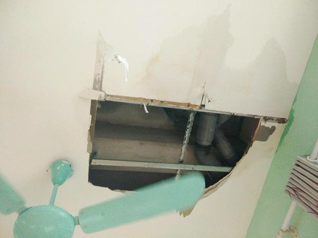 Mảng trần bị vỡ gần chỗ ống thoát