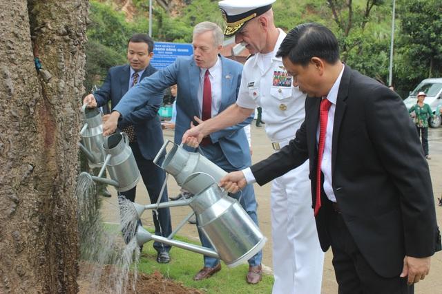Đại sứ Mỹ tại Việt Nam Ted Osius và Tư lệnh Hạm đội Thái Bình Dương Scott H. Swift đã cùng nhau trồng cây lưu niệm tại khu di tích Bạch Đằng Giang ngày 6/10.