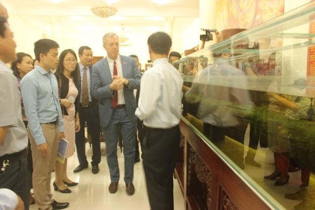 Đại sứ Osius và Đô đốc Swift tham quan nhà trưng bày và tìm hiểu về cọc gỗ từng được sử dụng trong các cuộc chiến chống quân xâm lược của Việt Nam.