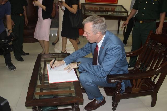 Đại sứ Ted Osius viết sổ lưu niệm của khu di tích Bạch Đằng Giang.