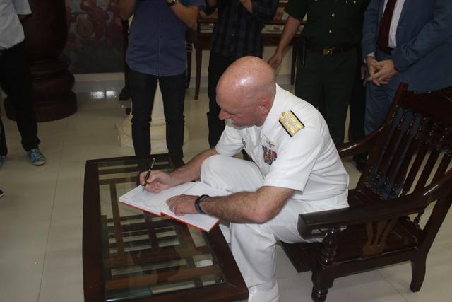 Đô đốc Scott Swift viết vào sổ lưu niệm tại khu di tích.