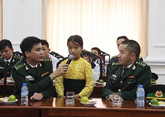 Em học sinh vùng biên giới được các cán bộ, chiến sĩ biên phòng đỡ đầu.