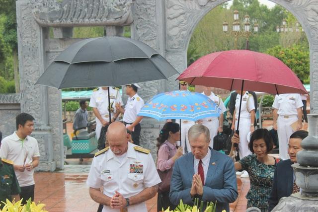 """""""Việc tìm hiểu về lịch sử Việt Nam là vô cùng quan trọng và thể hiện sự kính trọng của chúng tôi đối với lịch sử của một đất nước đã nhiều lần phải đối mặt với những kẻ thù được trang bị vũ khí hùng mạnh và đã sử dụng những chiến lược khôn ngoan để đánh bại quân địch"""", Đại sứ Osius nói."""