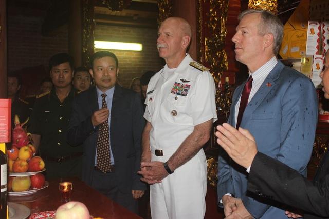 Đại sứ Osius và Đô đốc Swift thăm các đền thờ trong khu di tích Bạch Đằng Giang và tìm hiểu về lịch sử Việt Nam.
