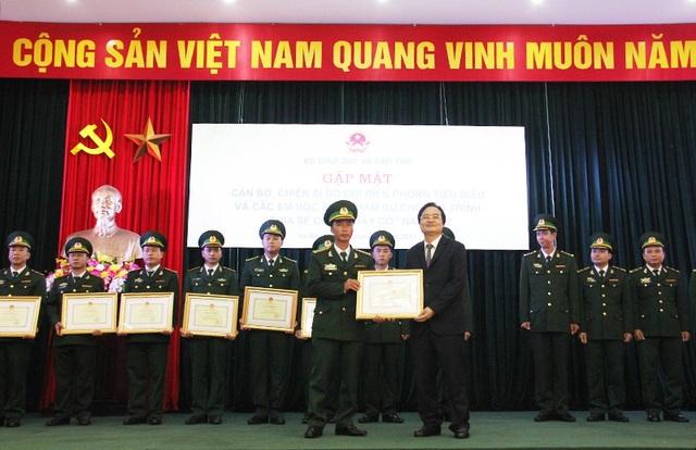 Bộ trưởng Phùng Xuân Nhạ tặng bằng khen của Bộ GD&ĐT cho các cán bộ, chiến sĩ bộ đội biên phòng có nhiều đóng góp cho sự nghiệp giáo dục, đào tạo.