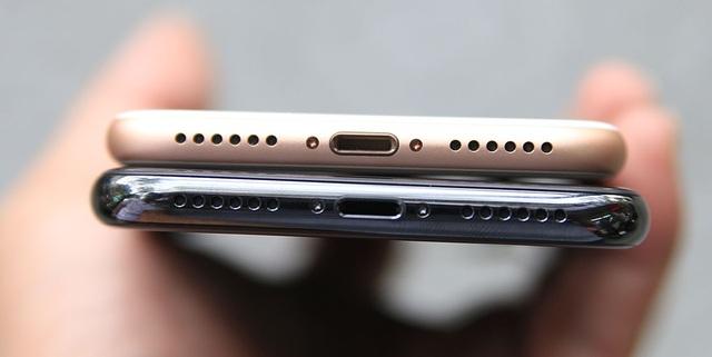 Cạnh dưới tương tự nhau, nhìn ở chiều này thì iPhone X dài hơn đôi chút so với iPhone 8.