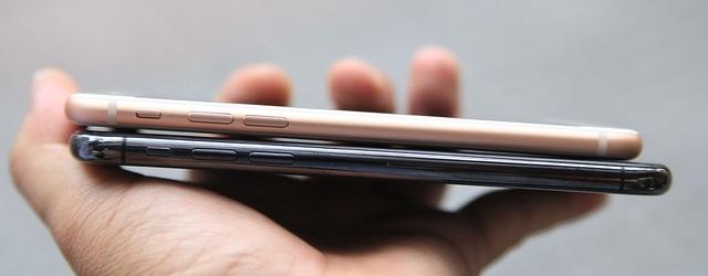Về khung viền của máy, iPhone X được mạ crôm đen bóng khá đẹp mắt. Trong khi khung viền iPhone 8 vẫn tương tự thế hệ cũ. Cạnh trái là nút gạt chuyển âm lượng và âm lượng.