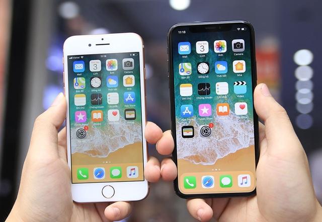 iPhone 8 sử dụng màn hình IPS 4.7 inch Retina HD độ phân giải 1334x750, và mật độ điểm ảnh 326ppi. Đối với iPhone X, Apple sử dụng màn hình OLED kích thước 5,8 inch, Super Retina Display, độ phân giải 2436x1125 và mật độ 458ppi.