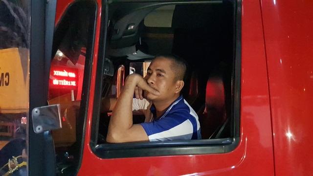 Anh tài xế này nhất quyết cho xe nằm ì tại trạm thu phí để phản đối vị trí đặt trạm BOT Cai Lậy không đúng