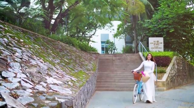 Phạm Hương dạo bước trước Thư viện Đà Nẵng - một trong những điểm hút khách check in ở trung tâm thành phố