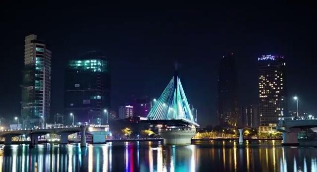 Cầu quay sông Hàn là một trong những điểm thu hút du khách đến Đà Nẵng về đêm