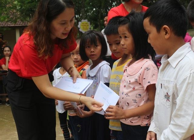 Cô Dương Thị Thu Hà, Hiệu trưởng trường Tiểu học Hoàng Hoa Thám trao quà cho những học sinh có hoàn cảnh khó khăn