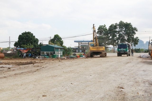 Thời điểm phóng viên có mặt, nhiều máy móc thực hiện san lấp mặt bằng, xây dựng trong CCN Gia Phú của Công ty Hoàng Dân vẫn hoạt động bình thường như chưa có lệnh cấm của UBND tỉnh Ninh Bình.